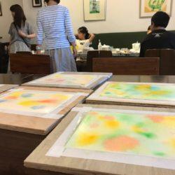 水をたっぷり塗った紙に好きな色を垂らしていきます。絵の具の溶き方や使う色のちょっとした違いでそれぞれ全く違った表情になります^^